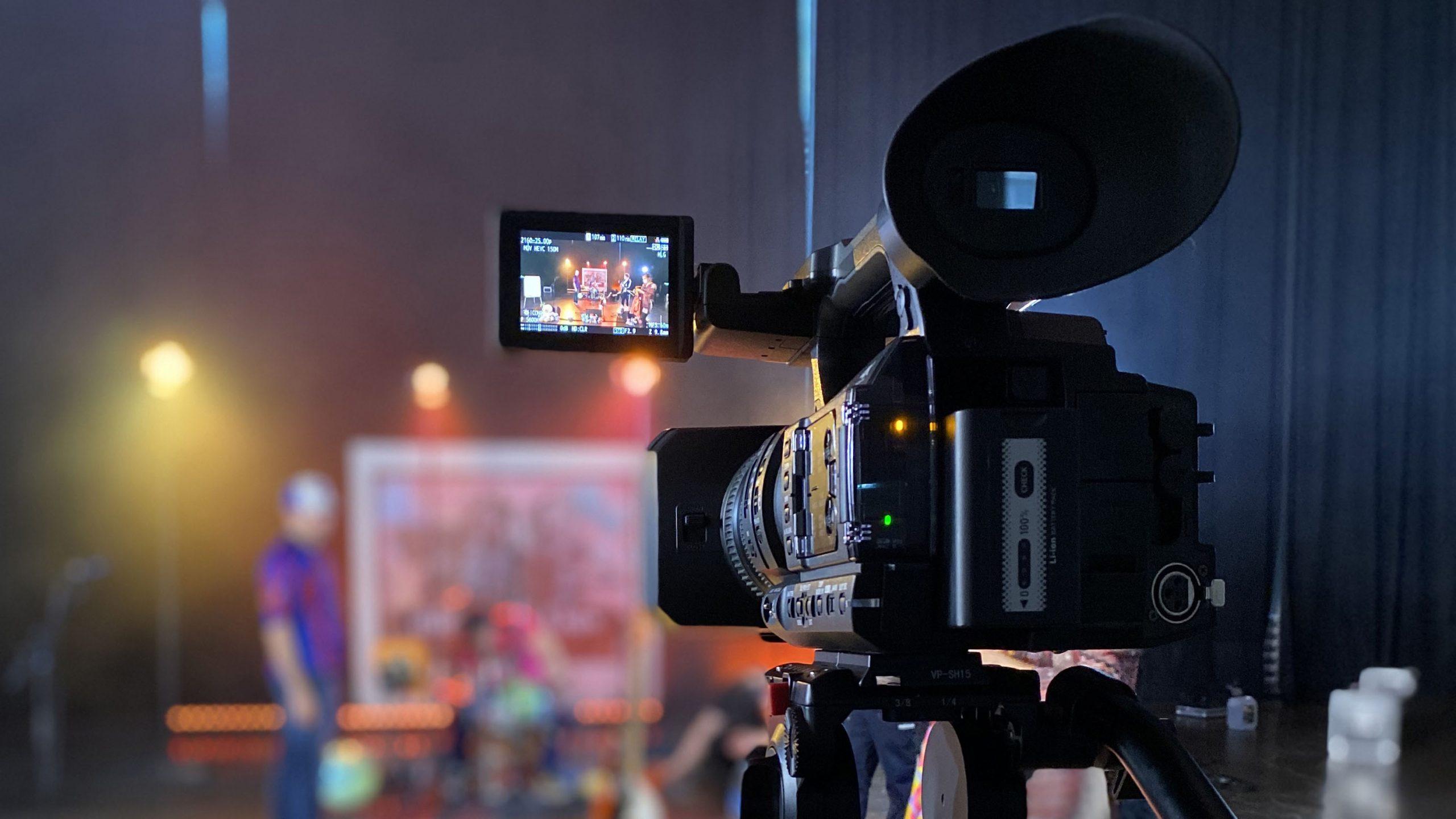 Kuvassa kamera, joka kuva Mirkka ja Luis yhtyeen etäkonserttia Merikaapelihallissa.
