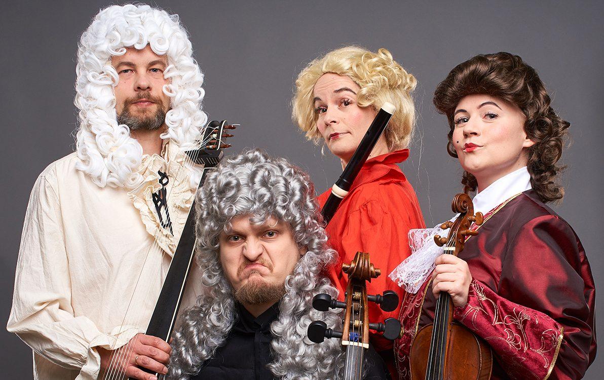Kuvassa Barokkimatkan esiintyjät poseeraavat esiintymisasuissa soitinten kanssa.