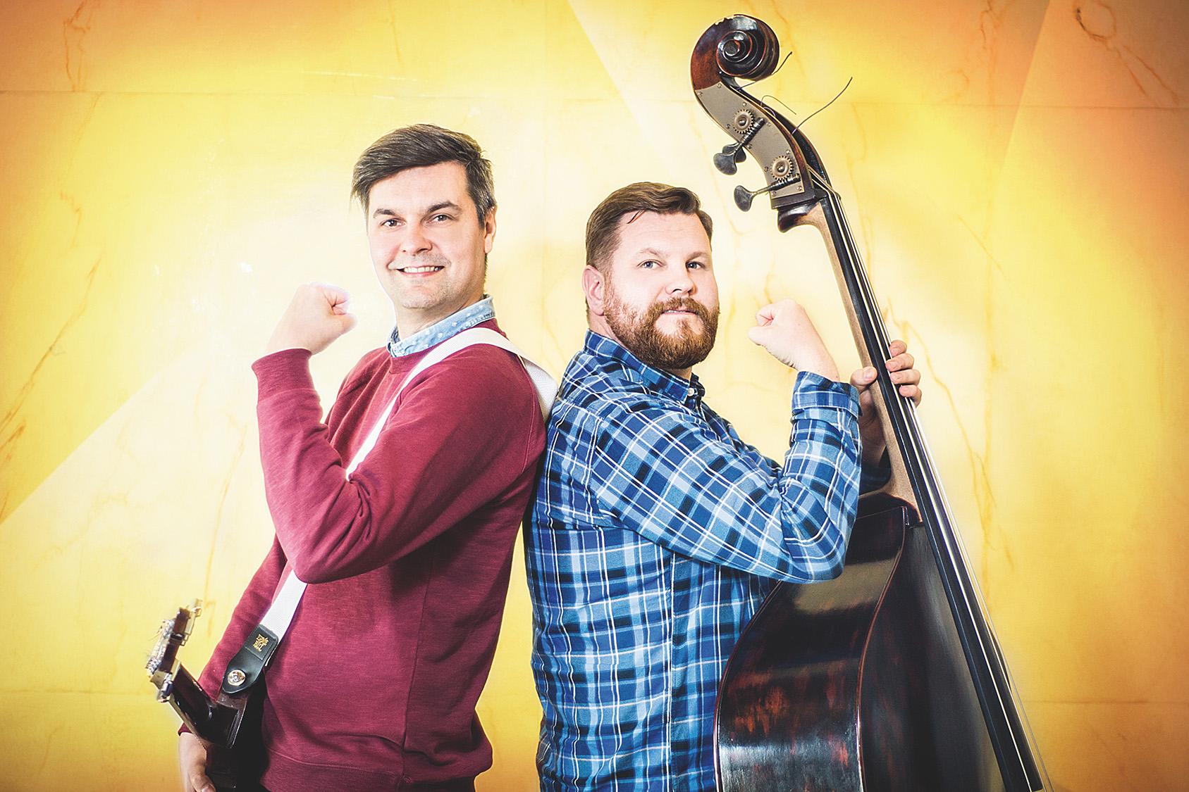 Kuvassa Joonaksella kontrabasso ja Jannella kitara.