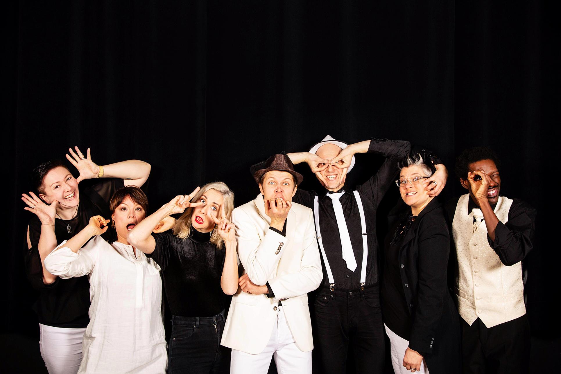 AITO-yhtyeen promokuva, jossa yhtyeen kaikki kuusi jäsentä.