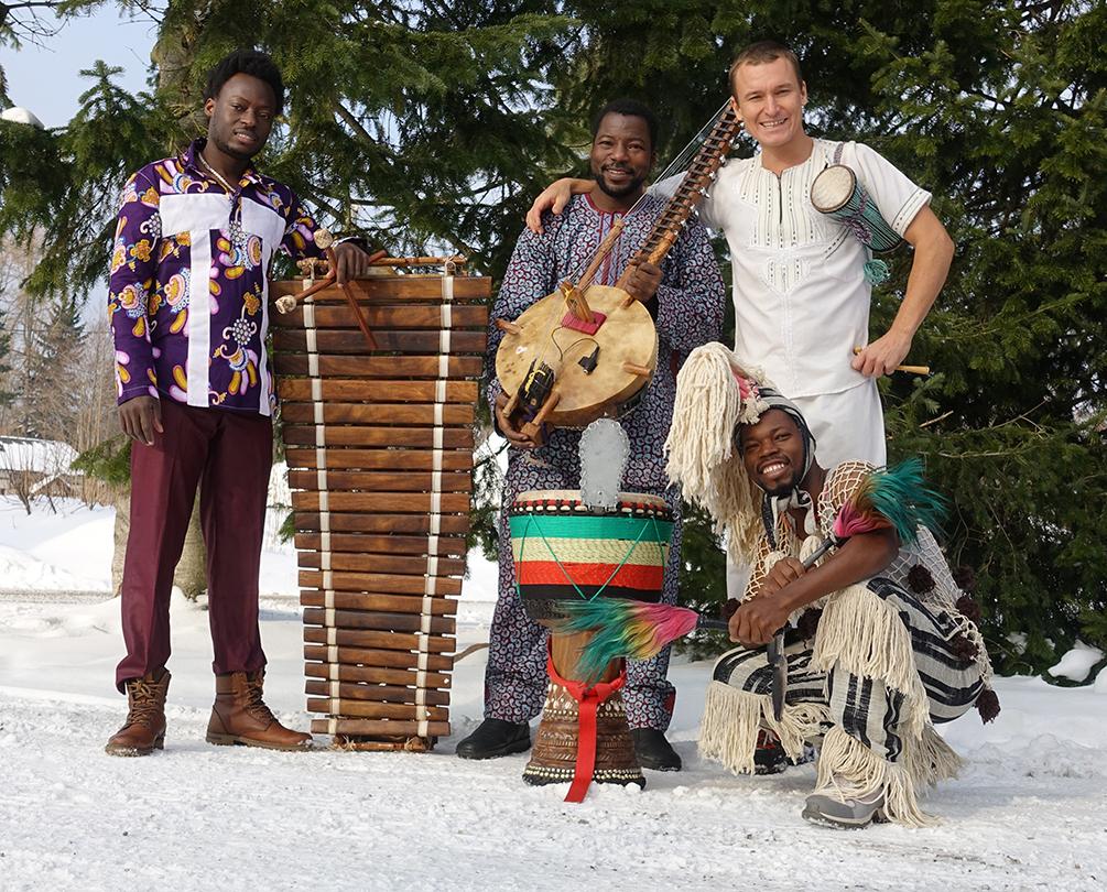 Faso Kanin jäsenet hymyilevät pidellen erilaisia soittimia