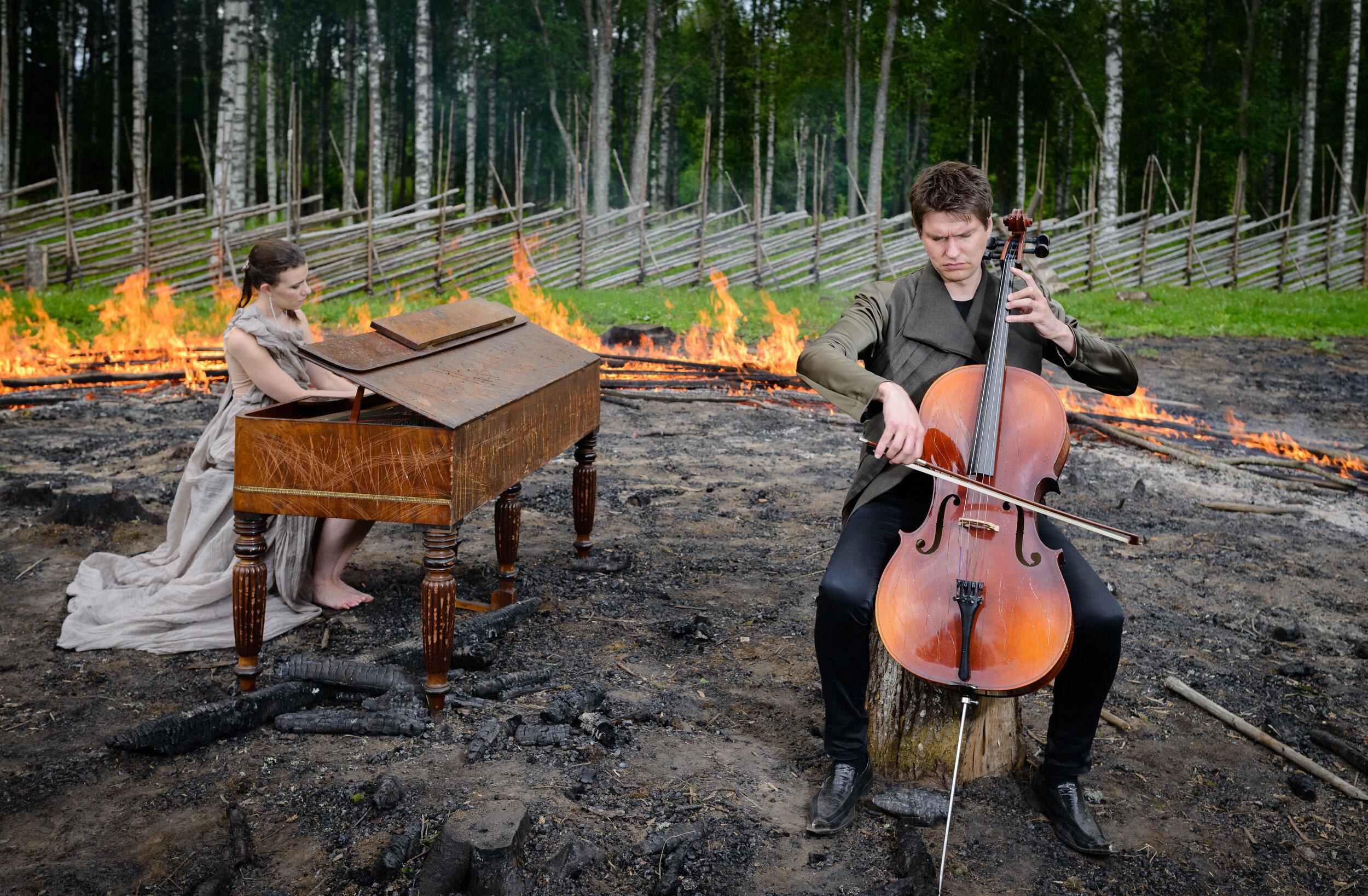 Jussi Makkonen ja Nazig Azeziani soittavat selloa ja pianoa luonnossa