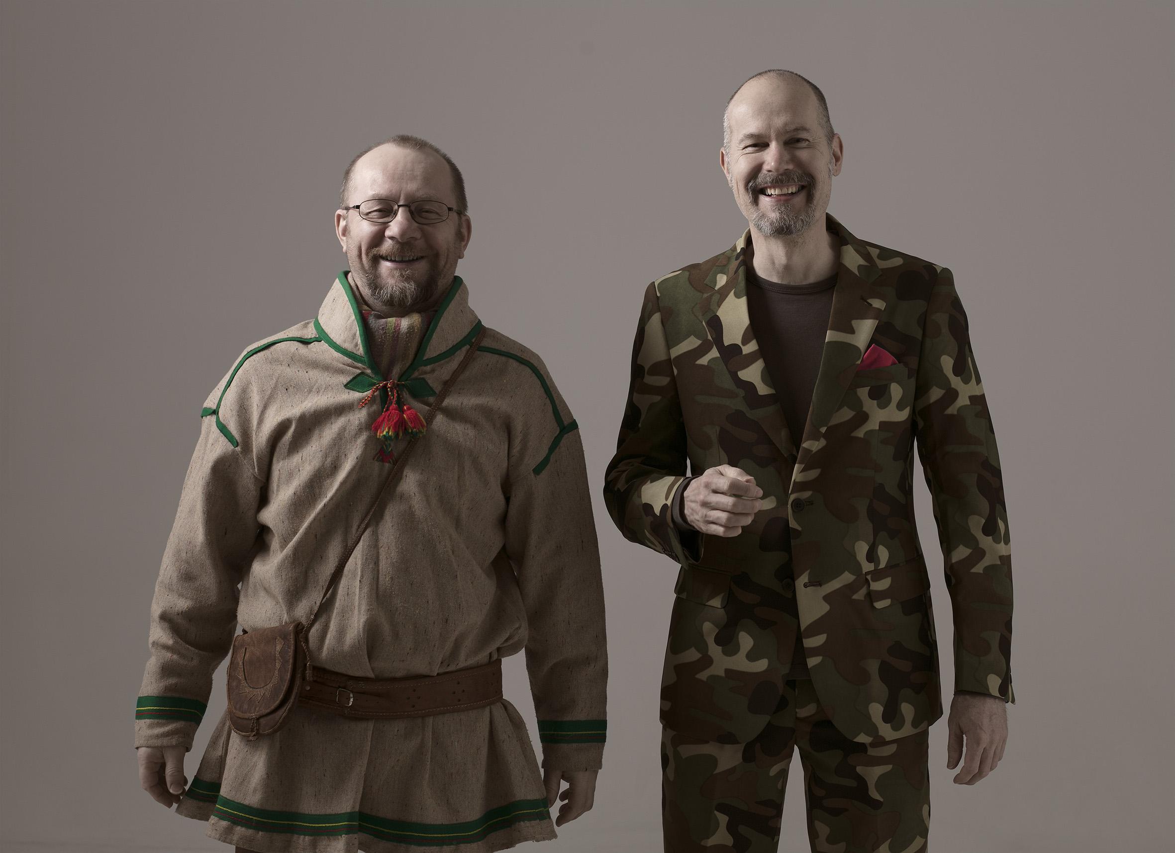 Wimme Saari ja Tapani Rinne seisovat vierekkäin hymyillen kameralle. Wimmellä saamelaisten kansallisasu.
