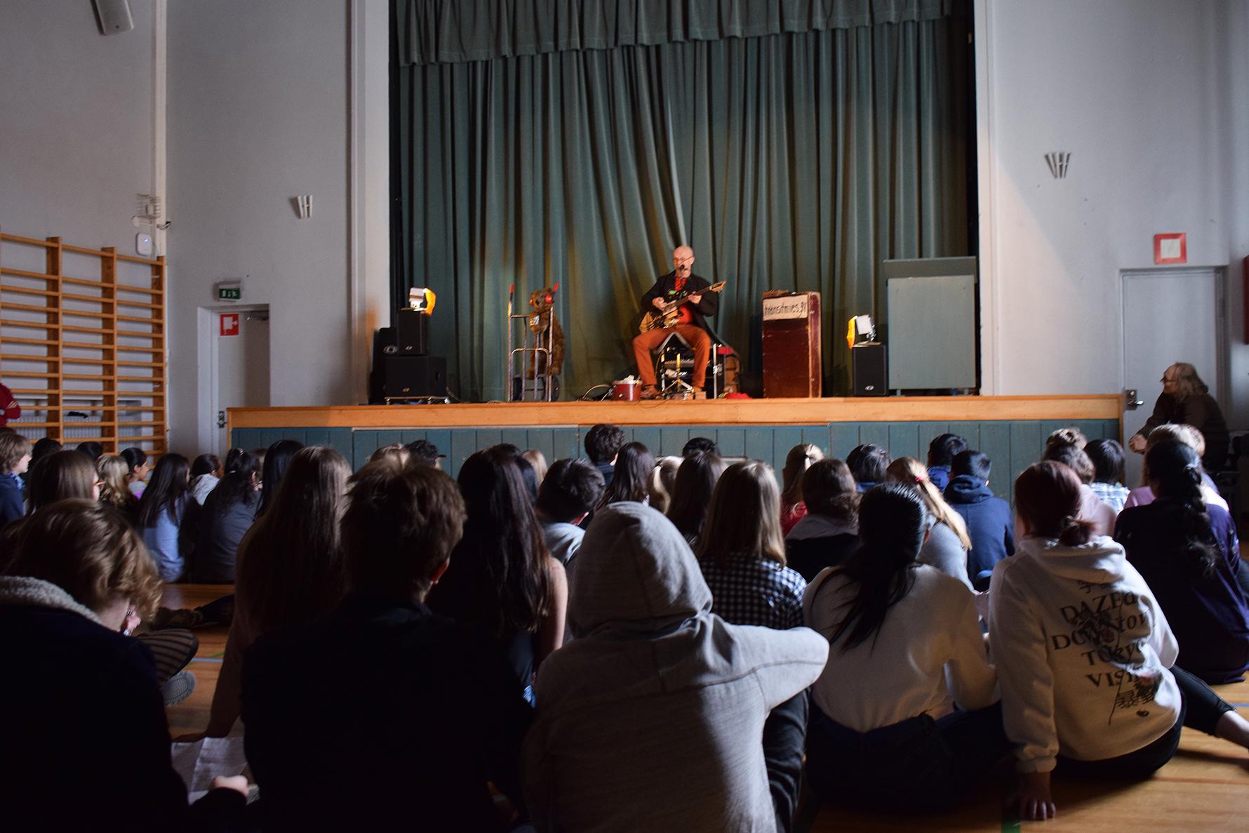 Yhden Joukon Yhtyeen koulukonsertti Ressun peruskoulun salissa.